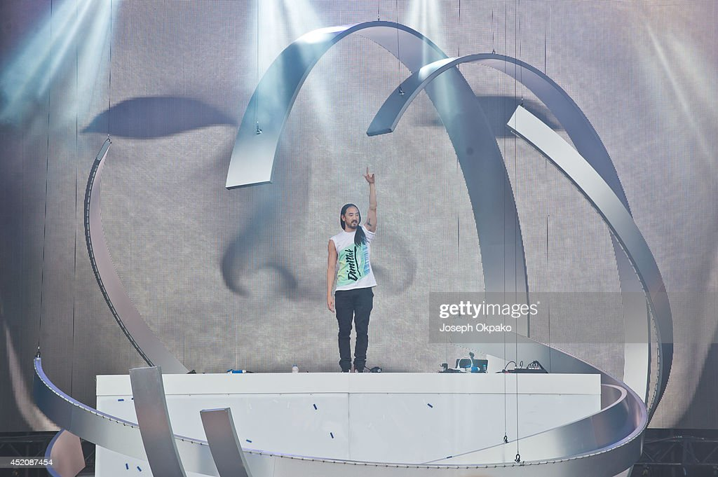 <a gi-track='captionPersonalityLinkClicked' href=/galleries/search?phrase=Steve+Aoki&family=editorial&specificpeople=732001 ng-click='$event.stopPropagation()'>Steve Aoki</a> performs on stage during the Electric Daisy Carnival 2014 on July 12, 2014 in Milton Keynes, England.
