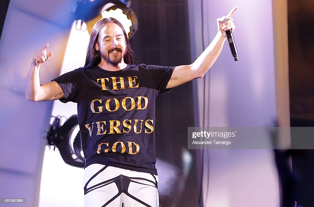 Steve Aoki performs onstage at iHeartRadio Ultimate Pool Party Presented By VISIT FLORIDA At Fontainebleau's BleauLive at Fontainebleau Miami Beach on June 27, 2014 in Miami Beach, Florida.
