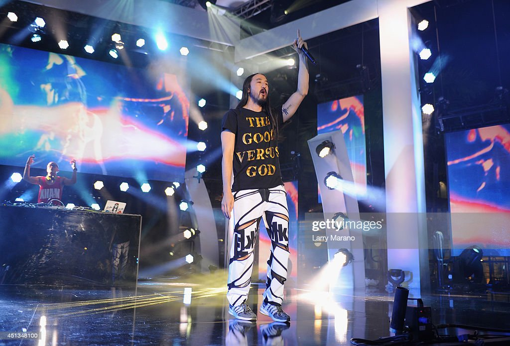 Steve Aoki performs onstage at the iHeartRadio Ultimate Pool Party presented by VISIT FLORIDA at Fontainebleau's BleauLive at Fontainebleau Miami Beach on June 27, 2014 in Miami Beach, Florida.