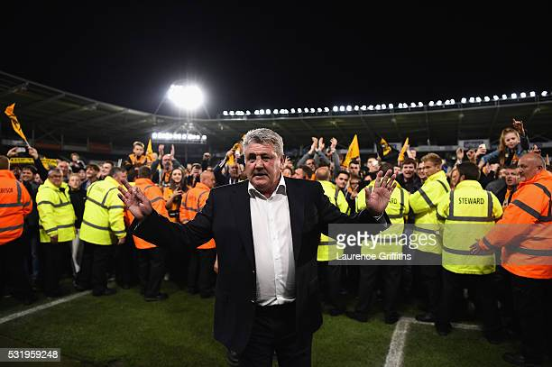 Steve Bruce of Hull City applauds the fans after scraping through to the play off final during the Sky Bet Championship Play Off semi final second...