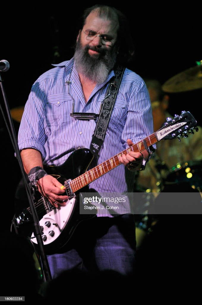 <a gi-track='captionPersonalityLinkClicked' href=/galleries/search?phrase=Steve+Earle&family=editorial&specificpeople=214591 ng-click='$event.stopPropagation()'>Steve Earle</a> performs at the Headliners Music Hall on September 17, 2013 in Louisville, Kentucky.
