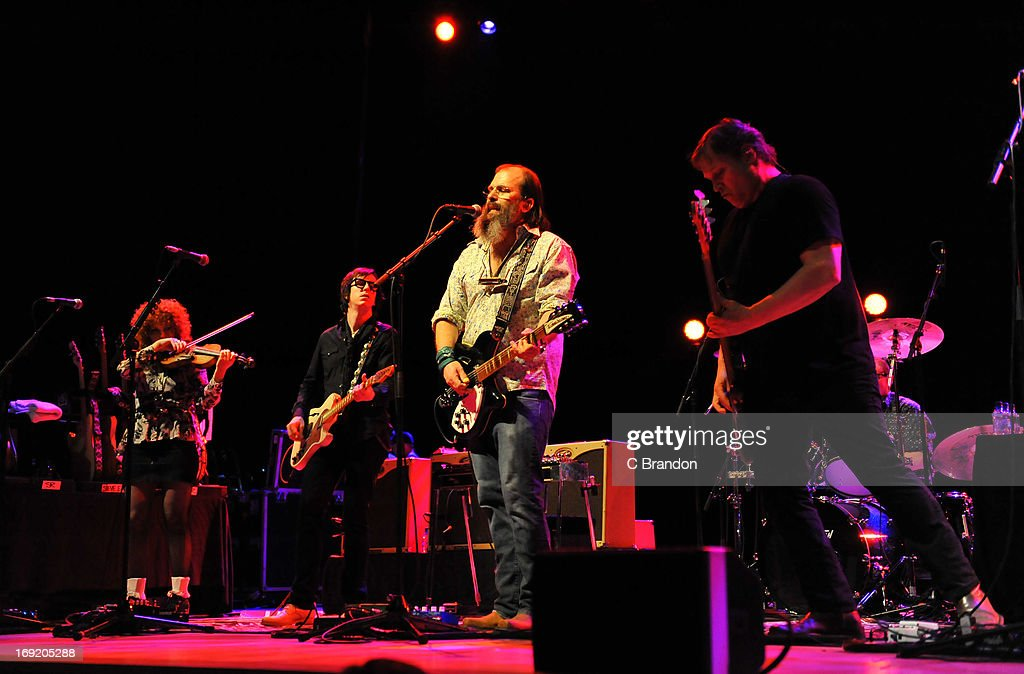 <a gi-track='captionPersonalityLinkClicked' href=/galleries/search?phrase=Steve+Earle&family=editorial&specificpeople=214591 ng-click='$event.stopPropagation()'>Steve Earle</a> & The Dukes perform on stage on May 21, 2013 in London, United Kingdom.