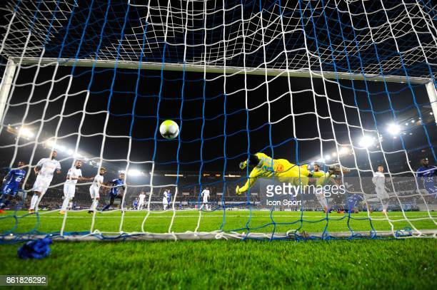 Steve Mandanda of Marseille during the Ligue 1 match between Strasbourg and Olympique Marseille at Stade de la Meinau on October 15 2017 in Strasbourg