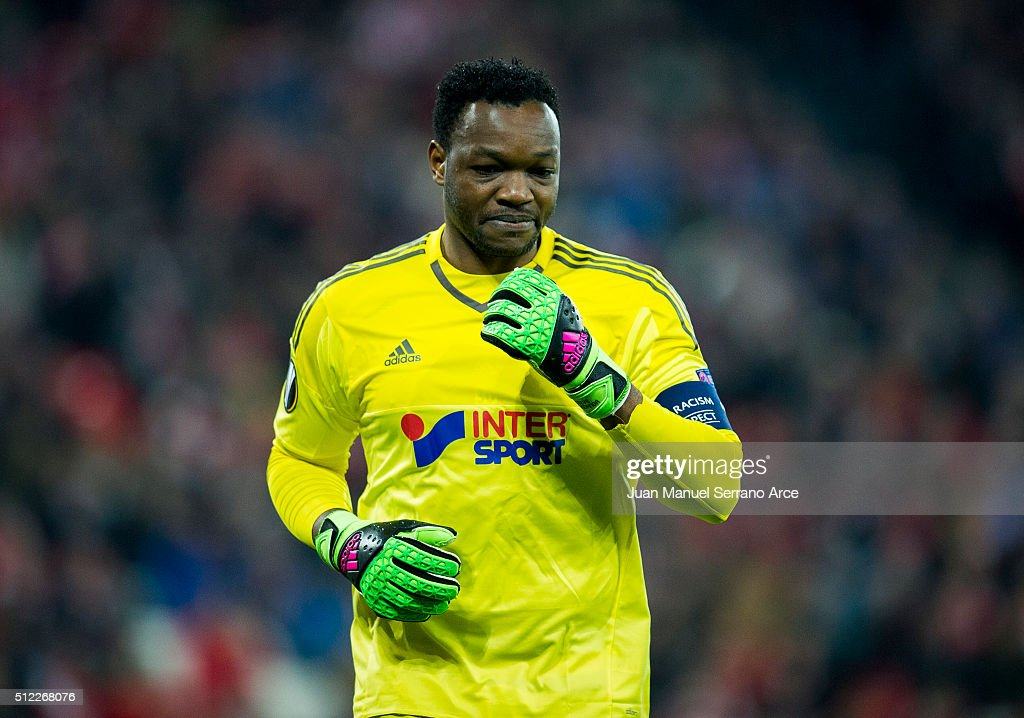 Steve Mandanda reacts during the UEFA Europa League Round of 32 Second Leg match between Athletic Club and Marseille at San Mames Stadium on February...