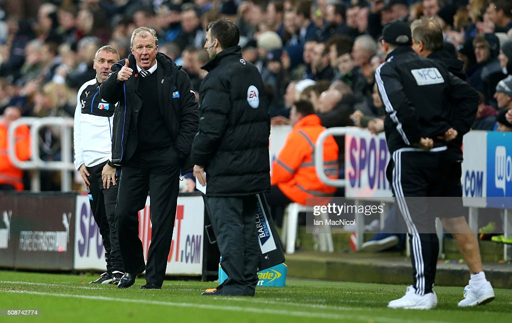 <a gi-track='captionPersonalityLinkClicked' href=/galleries/search?phrase=Steve+McClaren+-+Soccer+Manager&family=editorial&specificpeople=210864 ng-click='$event.stopPropagation()'>Steve McClaren</a> manager of Newcastle United thumbs up during the Barclays Premier League match between Newcastle United and West Bromwich Albion at St James' Park on February 6, 2016 in Newcastle upon Tyne, England.