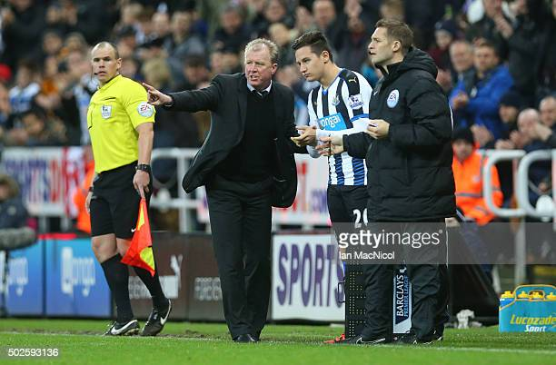 Steve McLaren Newcastle unitedâs manager gestures to Florian Thauvin of Newcastle United during the Barclays Premier League match between Newcastle...