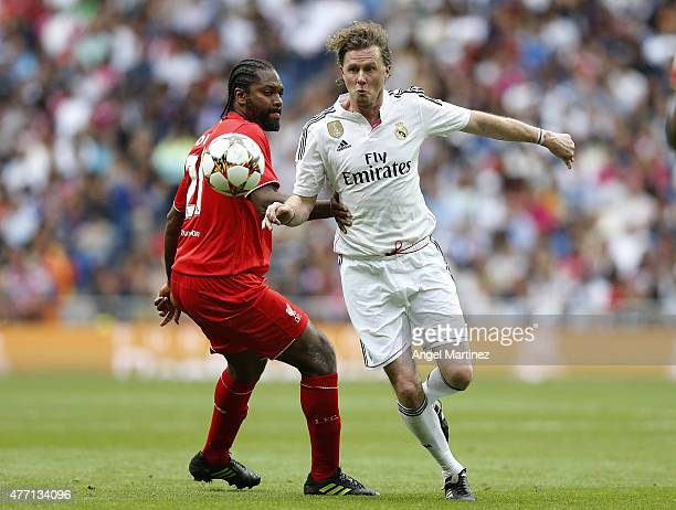Steve McManaman of Real Madrid Leyendas competes for the ball with Salif Diao of Liverpool Legends during the Corazon Classic charity match between...