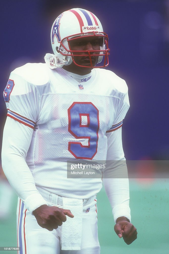 Steve McNair of the Houston Oilers before a NFL football game against the Pittsburgh Steelers on December 3 1995 at Three Rivers Stadium in...