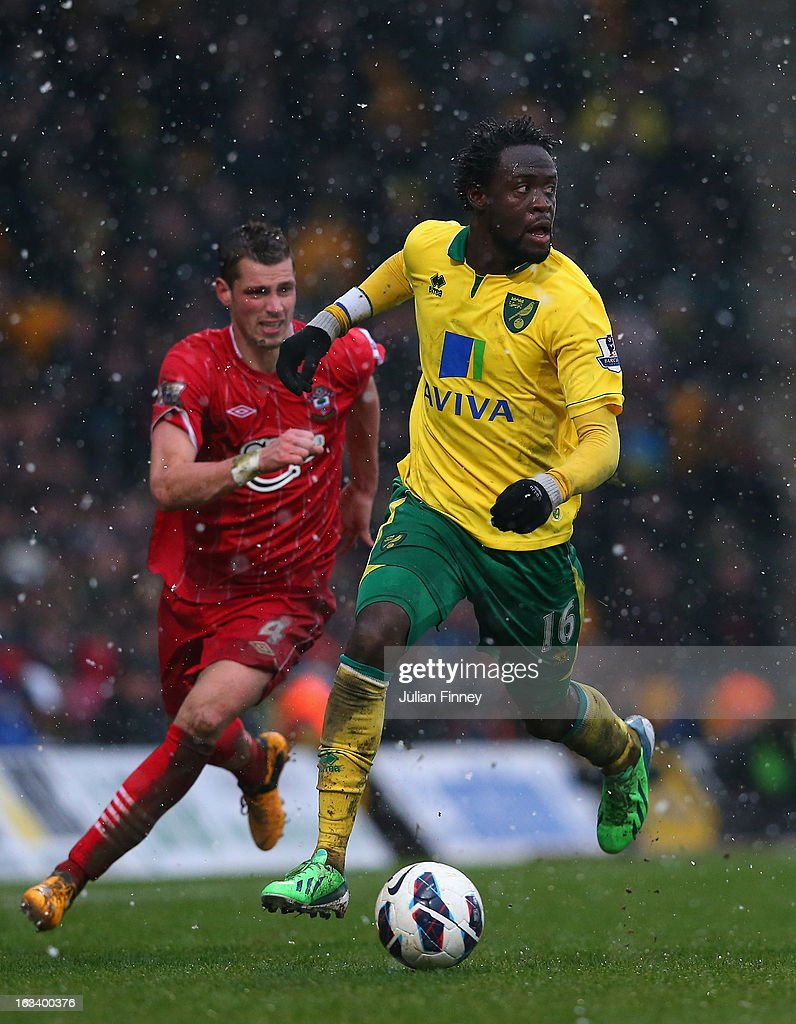 Steve Morison of Norwich City battles with <a gi-track='captionPersonalityLinkClicked' href=/galleries/search?phrase=Morgan+Schneiderlin&family=editorial&specificpeople=4191360 ng-click='$event.stopPropagation()'>Morgan Schneiderlin</a> of Southampton during the Barclays Premier League match between Norwich City and Southampton at Carrow Road on March 9, 2013 in Norwich, England.