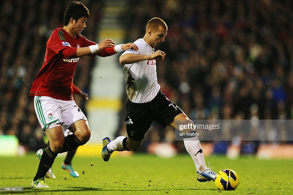 <a gi-track='captionPersonalityLinkClicked' href=/galleries/search?phrase=Steve+Sidwell&family=editorial&specificpeople=661187 ng-click='$event.stopPropagation()'>Steve Sidwell</a> (R) of Fulham holds off the challenge of Sung-Yueng Ki of Swansea City during the Barclays Premier League match between Fulham and Swansea City at Craven Cottage on December 29, 2012 in London, England.