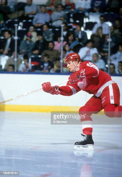 Steve Yzerman of the Detroit Red Wings shoots during an NHL game against the New York Islanders on February 21 1989 at the Nassau Coliseum in...