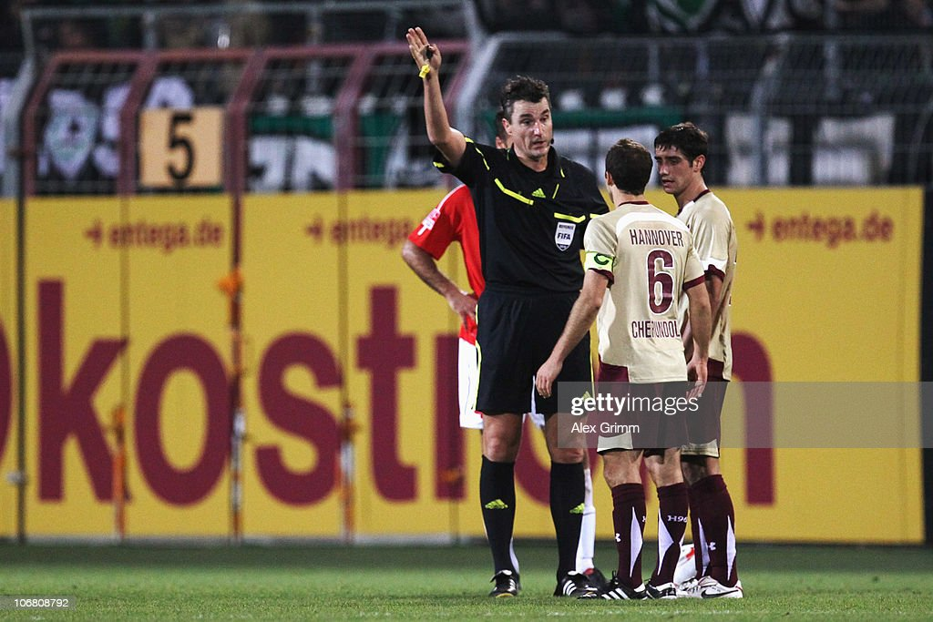 Steven Cherundolo of Hannover is sent off by referee Knut Kircher during the Bundesliga match between FSV Mainz 05 and Hannover 96 at the Bruchweg...