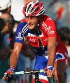 Steven Cummings of Great Brtiain rides in the peloton during the Men's Road Race at the 2009 UCI Road World Championships on September 27 2009 in...