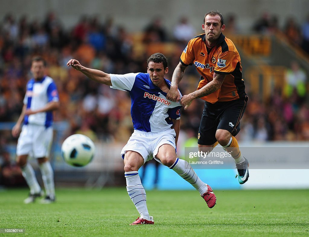 Steven Fletcher of Wolverhampton Wanderers battles for the ball with Ustaritz Aldekoaotalora of Atletico Bilbao during the Pre Season Friendly match between Wolverhampton Wanderers and Atletico Blbao at Molineux on August 7, 2010 in Wolverhampton, England.