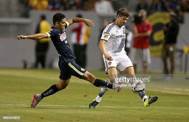Steven Gerrard of the Los Angeles Galaxy passes the ball against Andres Andrade of Club America in the International Champions Cup 2015 at StubHub...