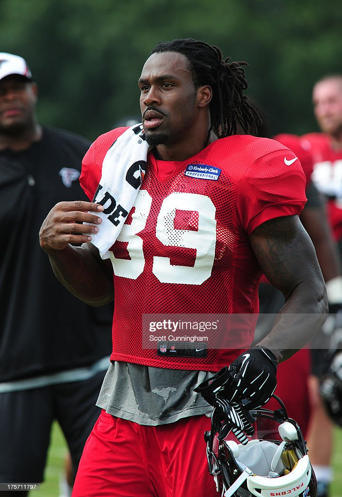 <a gi-track='captionPersonalityLinkClicked' href=/galleries/search?phrase=Steven+Jackson+-+American+football-speler&family=editorial&specificpeople=15387688 ng-click='$event.stopPropagation()'>Steven Jackson</a> #39 of the Atlanta Falcons relaxes during practice against the Cincinnati Bengals at the Atlanta Falcons Training Complex on August 6 2013 in Flowery Branch, Georgia.
