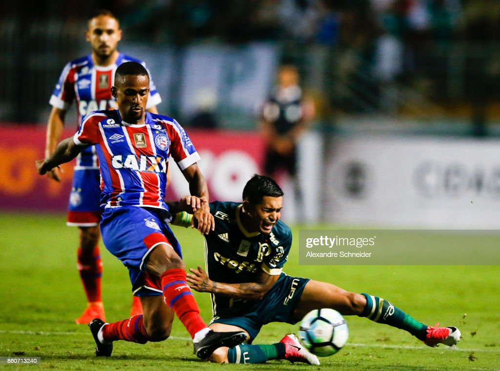 Steven Mendoza (L) of Bahia and Tche Tche of Palmeiras and China of Bahia in action during the match between Palmeiras v Bahia for the Brasileirao Series A 2017 at Pacaembu Stadium on October 12, 2017 in Sao Paulo, Brazil.