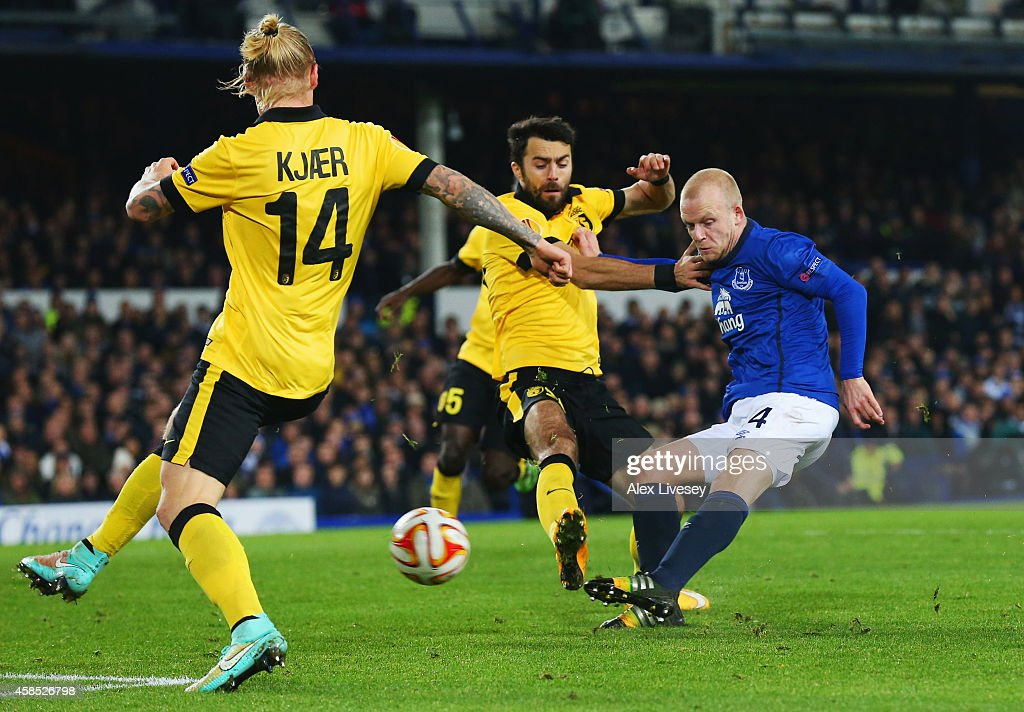 Steven Naismith of Everton beats Marko Basa (C) and Simon Kjaer of Lille (L) to score their third goal during the UEFA Europa League Group H match between Everton FC and LOSC Lille at Goodison Park on November 6, 2014 in Liverpool, United Kingdom.