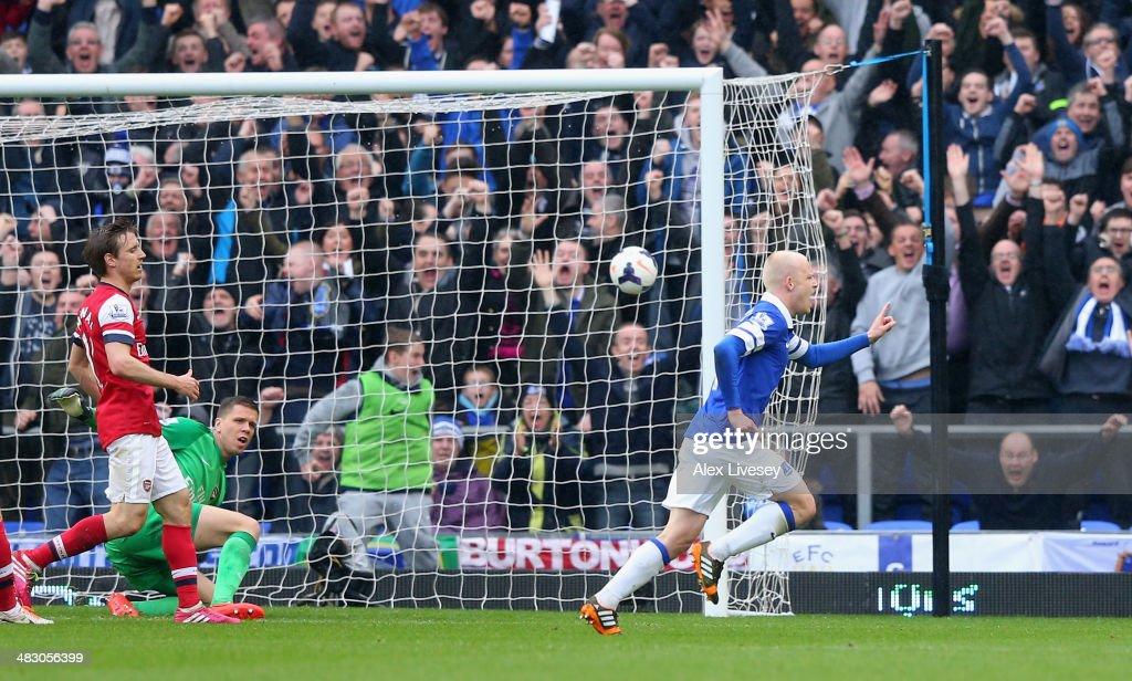 <a gi-track='captionPersonalityLinkClicked' href=/galleries/search?phrase=Steven+Naismith&family=editorial&specificpeople=4130861 ng-click='$event.stopPropagation()'>Steven Naismith</a> of Everton celebrates scoring the first goal during the Barclays Premier League match between Everton and Arsenal at Goodison Park on April 6, 2014 in Liverpool, England.