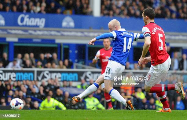 Steven Naismith of Everton scores the first goal during the Barclays Premier League match between Everton and Arsenal at Goodison Park on April 6...