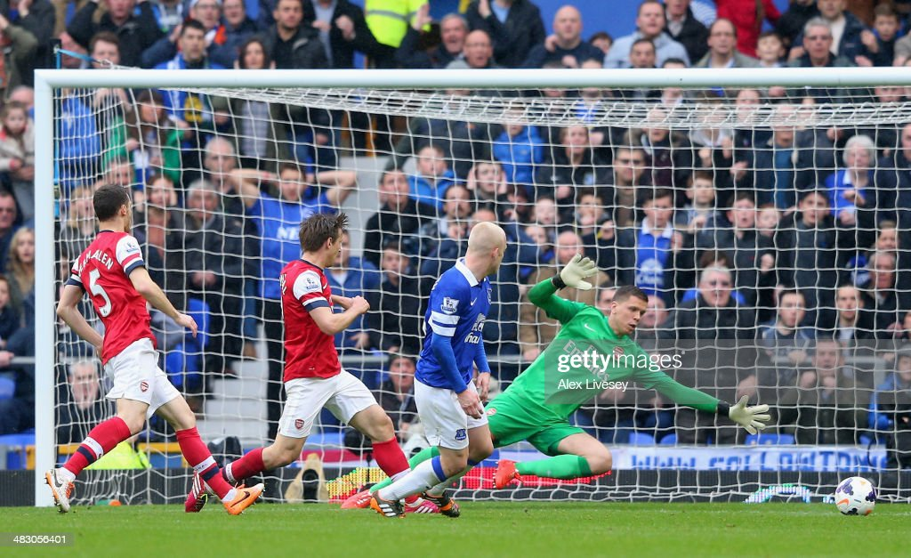 <a gi-track='captionPersonalityLinkClicked' href=/galleries/search?phrase=Steven+Naismith&family=editorial&specificpeople=4130861 ng-click='$event.stopPropagation()'>Steven Naismith</a> of Everton scores the first goal during the Barclays Premier League match between Everton and Arsenal at Goodison Park on April 6, 2014 in Liverpool, England.