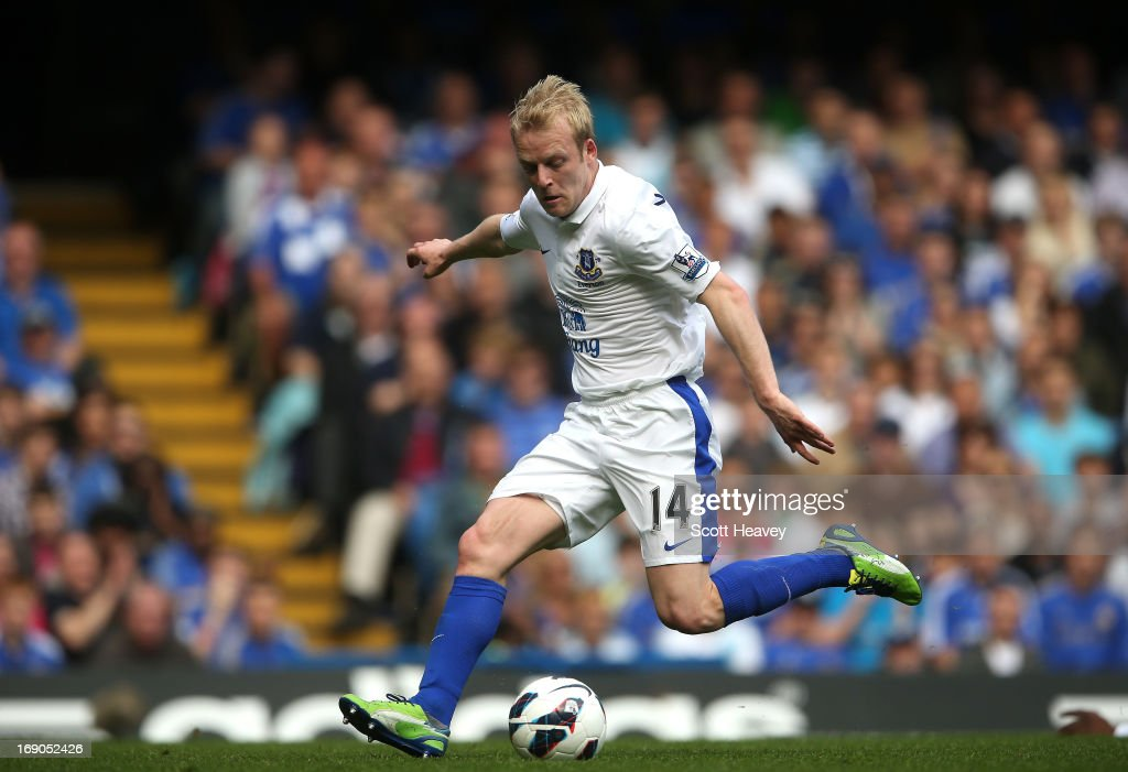 Steven Naismith of Everton scores their first goal during the Barclays Premier League match between Chelsea and Everton at Stamford Bridge on May 19, 2013 in London, England.