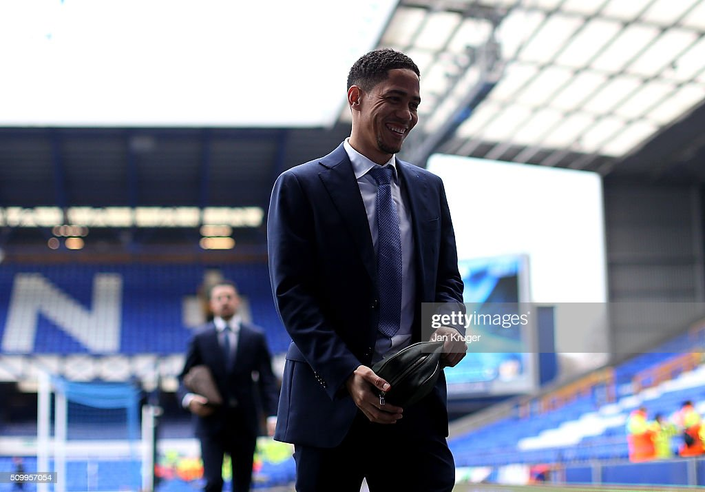 <a gi-track='captionPersonalityLinkClicked' href=/galleries/search?phrase=Steven+Pienaar&family=editorial&specificpeople=787271 ng-click='$event.stopPropagation()'>Steven Pienaar</a> of Everton arrives prior to kick off in the Barclays Premier League match between Everton and West Bromwich Albion at Goodison Park on February 13, 2016 in Liverpool, England.