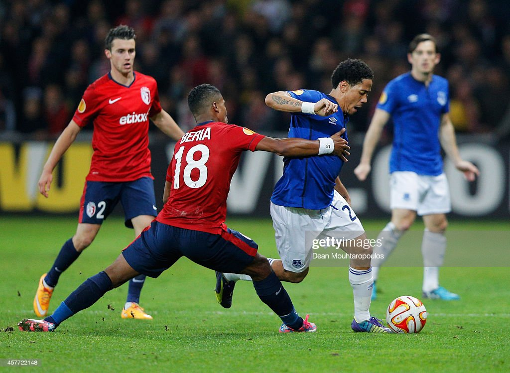 <a gi-track='captionPersonalityLinkClicked' href=/galleries/search?phrase=Steven+Pienaar&family=editorial&specificpeople=787271 ng-click='$event.stopPropagation()'>Steven Pienaar</a> of Everton evades Franck Beria of Lille during the UEFA Europa League Group H match between LOSC Lille and Everton at Grand Stade Lille Metropole on October 23, 2014 in Lille, France.