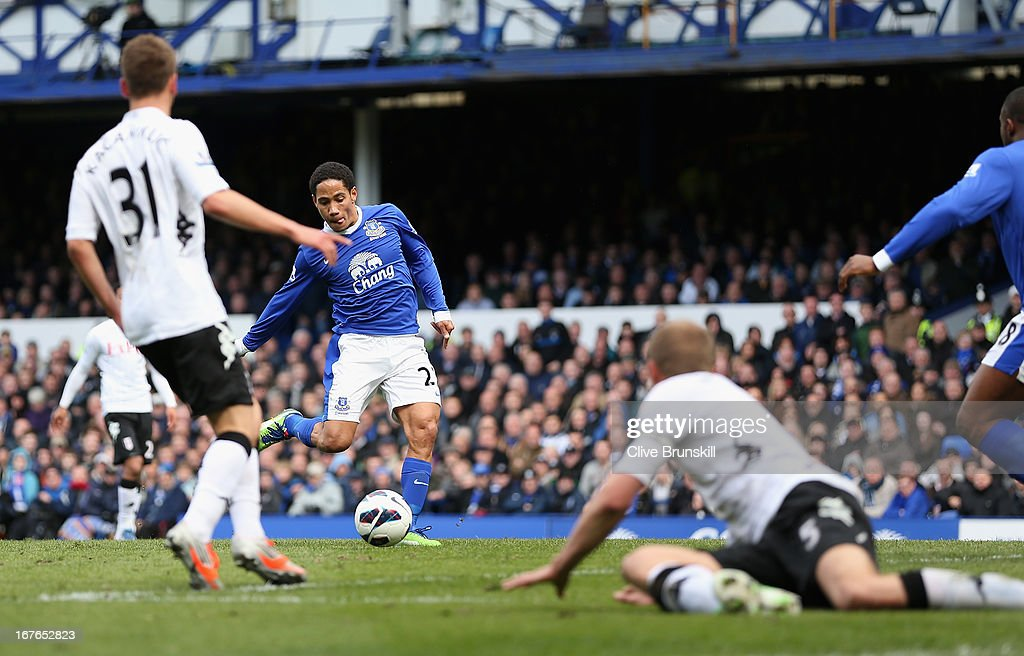 <a gi-track='captionPersonalityLinkClicked' href=/galleries/search?phrase=Steven+Pienaar&family=editorial&specificpeople=787271 ng-click='$event.stopPropagation()'>Steven Pienaar</a> of Everton scores the first goal during the Barclays Premier League match between Everton and Fulham at Goodison Park on April 27, 2013 in Liverpool, England.