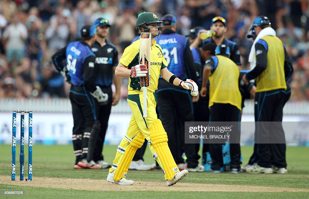 Steven Smith of Australia (C) walks off after being dismissed during the third one-day international cricket match between New Zealand and Australia at Seddon Park in Hamilton on February 8, 2016. AFP PHOTO / MICHAEL BRADLEY / AFP / MICHAEL BRADLEY