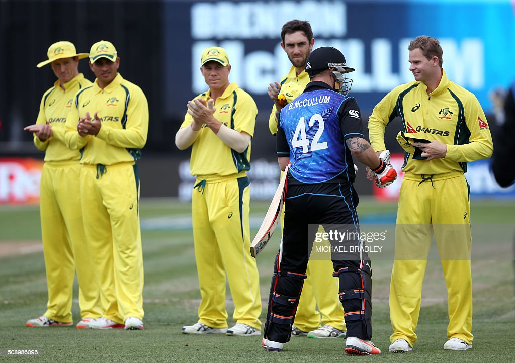 Steven Smith of Australia (R) welcomes New Zealand's Brendon McCullum (2nd R) on the pitch at the start of the third one-day international cricket match between New Zealand and Australia at Seddon Park in Hamilton on February 8, 2016. AFP PHOTO / MICHAEL BRADLEY / AFP / MICHAEL BRADLEY