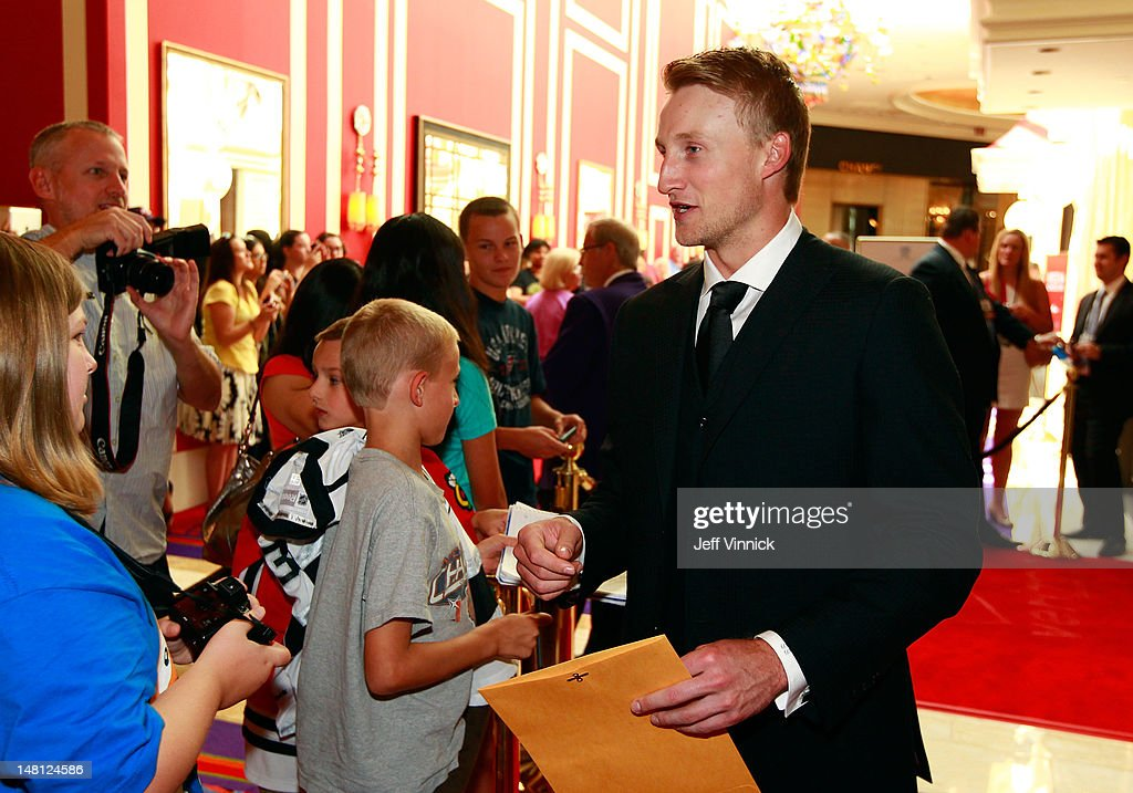 <a gi-track='captionPersonalityLinkClicked' href=/galleries/search?phrase=Steven+Stamkos&family=editorial&specificpeople=4047623 ng-click='$event.stopPropagation()'>Steven Stamkos</a> of the Tampa Bay Lightning signs autographs as he arrives for the 2012 NHL Awards at the Encore Theater at the Wynn Las Vegas on June 20, 2012 in Las Vegas, Nevada.