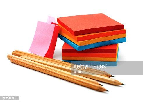 Autocolantes e Lápis isolado sobre um fundo branco : Foto de stock