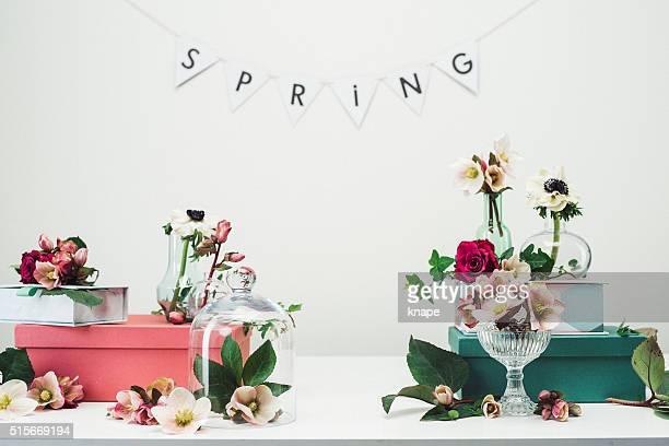 静物配列の花瓶の花とバラの背景、春
