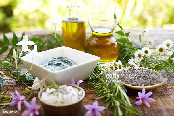 Stillleben von Kräutern, Ölen, eine Schlammmaske, Rosmarin, Salz
