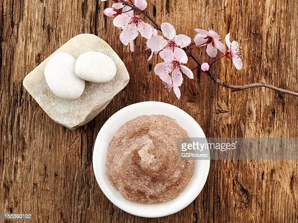 Nature morte avec fleur de cerisier, un gommage au sel et blanc galets