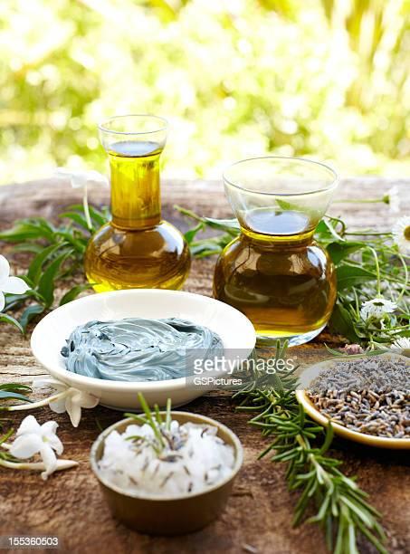 Stillleben mit massage-Öl und Kamille-Schlammmaske, Rosmarin, Salz
