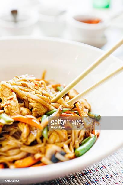 Mistura de frango frito tailandês com Macarrão, condimentos em segundo plano