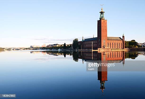Ayuntamiento de Estocolmo, con reflejo en el agua