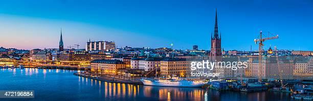 Estocolmo Gamla Stan mar iluminado con vista panorámica al atardecer de Suecia