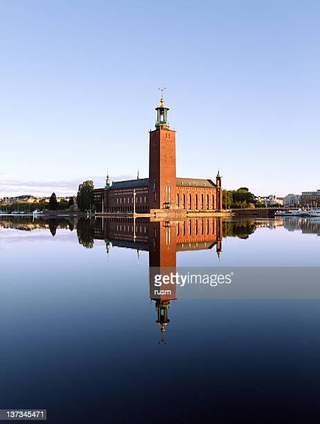 Estocolmo Stadshuset con reflejo en el agua