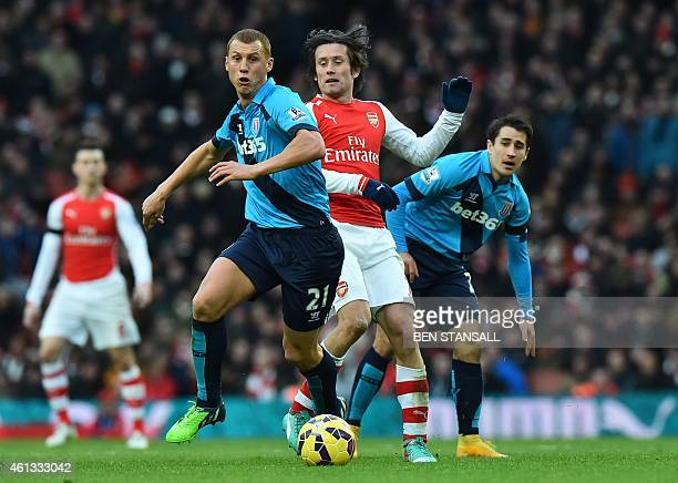 Stoke City's English midfielder Steve Sidwell vies with Arsenal's Czech midfielder Tomas Rosicky as Stoke City's Spanish striker Bojan Krkic looks on...