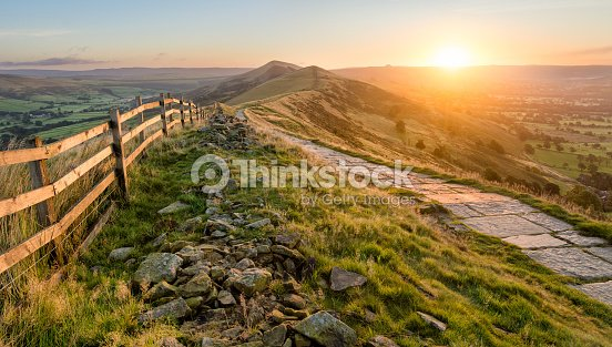 Stone Footpath Along Mountain Ridge In Peak District. : Foto de stock