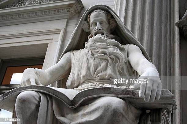 Stone-Statue der Weisheit in der Bibliothek