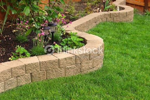 steinmauer mit perfekten gras pflanzen im garten mit kunstrasen stock foto thinkstock. Black Bedroom Furniture Sets. Home Design Ideas
