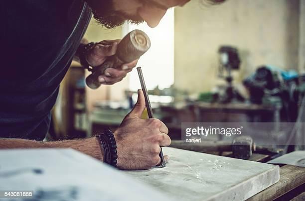 Portrait de tailleur de Pierre de travail