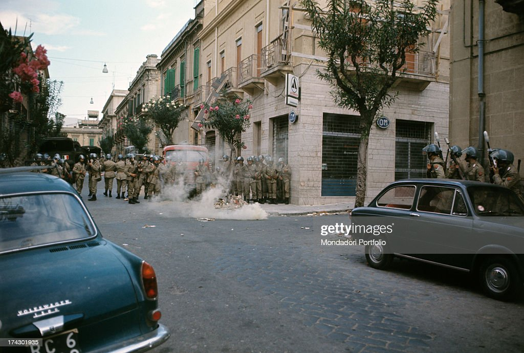 Stones thrown against the police of Reggio Calabria where there are disturbances due to the decision taken by the provincial capital Reggio Calabria...