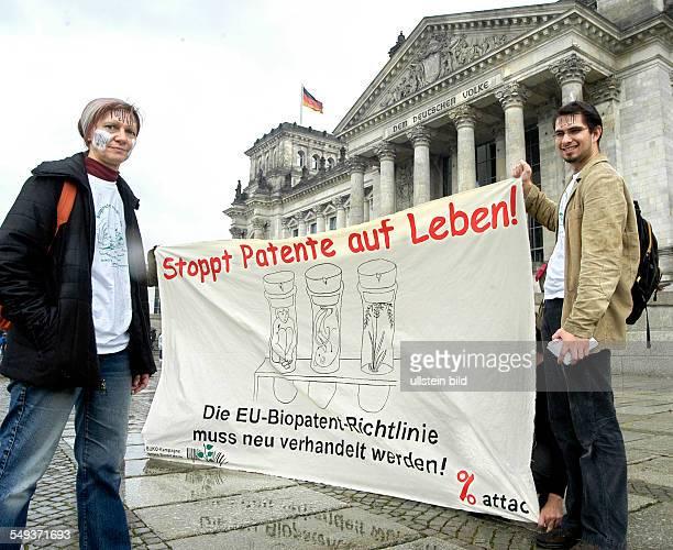 Stoppt Patente auf Leben Aktion von Attac gegen Umsetzung der BiopatentRichtlinie und Patente auf Leben vor dem Reichstag Aktivistin mit Strichcode...