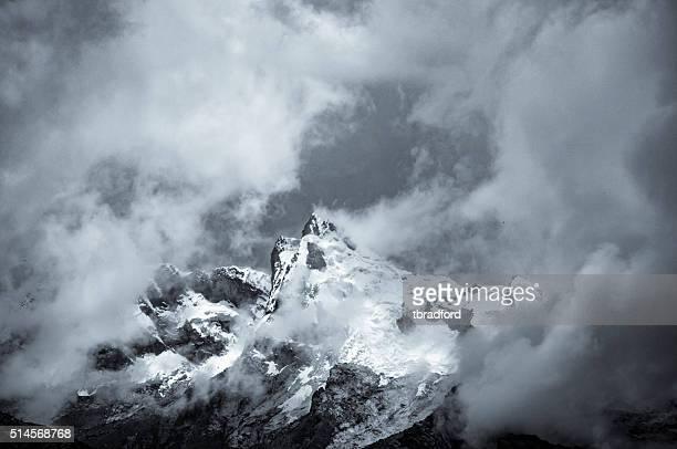 嵐雲、山々に近いペルーのワラス