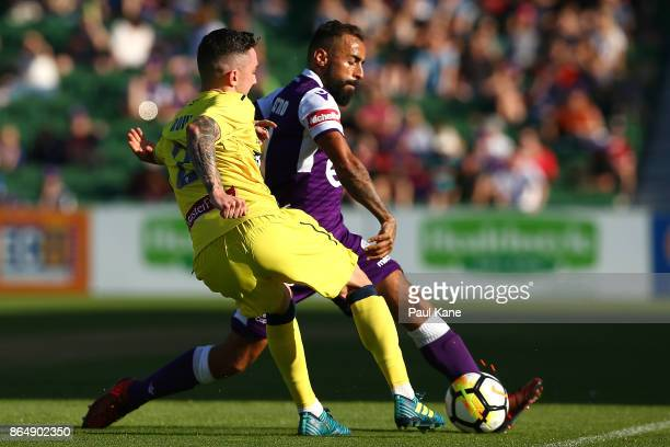 Storm Roux of the Mariners and Diego Castro of the Glory contest for the ball during the round three ALeague match between Perth Glory and the...